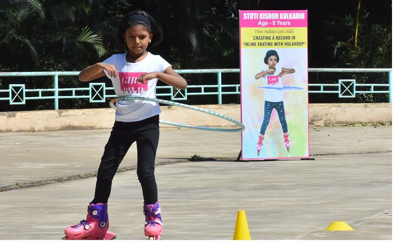 MAXIMUM HULA HOOP RING ROTATION WITH INLINE SKATING (GIRL)